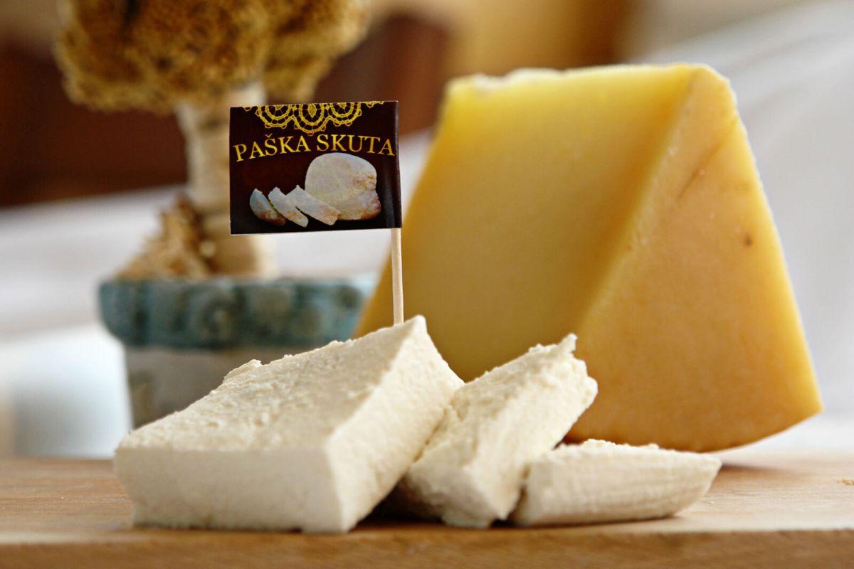 Servieren und Zuschneiden des Käse